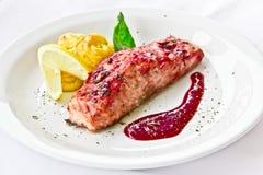 Restaurantteller, gebratener Lachs Lizenzfreie Stockfotografie