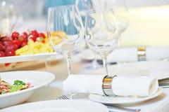 Restaurantverpflegungstabelle mit Lebensmittel Lizenzfreie Stockbilder