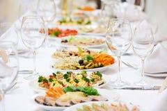 Restaurantverpflegungstabelle mit Lebensmittel Stockfotografie