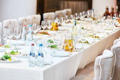 Restaurantverpflegungstabelle mit Lebensmittel Lizenzfreies Stockfoto