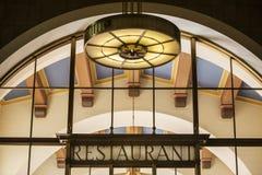 Restaurantzeichen und Lampenarchitektur Stockbilder