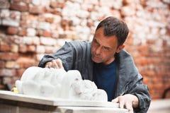 Restaurateur d'artisan fonctionnant avec du gypse Photos stock