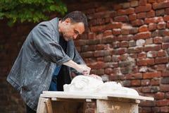 Restaurateur d'artisan fonctionnant avec du gypse Photographie stock
