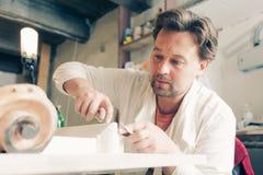 Restaurateur faisant fonctionner le sien Photo stock