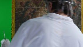 Restaurateur met het schilderen van kunstwerk stock video