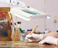 Restaurateur travaillant sur l'icône chrétienne antique Photographie stock