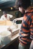 Restaurateurs fonctionnant avec des modèles de gypse Images stock