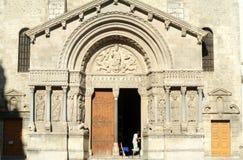 Restaurateurs op het werk aangaande de kathedraal van St Trophime Stock Fotografie