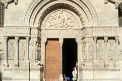 Restaurateurs op het werk aangaande de kathedraal van St Trophime Royalty-vrije Stock Fotografie