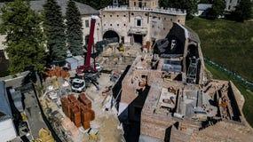 restauratie van de oude kasteel luchtfotografie met een hommel royalty-vrije stock afbeelding