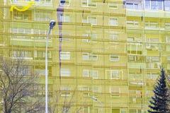 Restauratie van oud huis onder gele netto stock foto