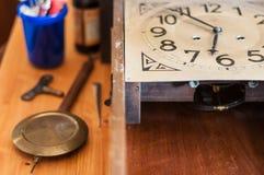 Restauration antique d'horloge de pendule Photo libre de droits