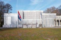 Restauration de l'hôtel de ville dans Wassenaar Le bâtiment est enveloppé en plastique photos libres de droits