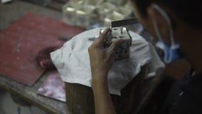 Restauration de produit en céramique antique dans un atelier privé dans HoiAn, asiatique utilisant les outils spéciaux pour le tr clips vidéos