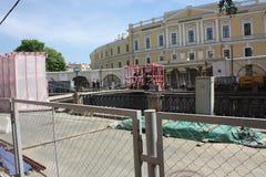 restauration des sculptures des lions avec des ailes sur le canal de Pétersbourg image libre de droits