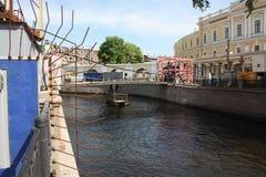 restauration des sculptures des lions avec des ailes sur le canal de P?tersbourg photographie stock libre de droits