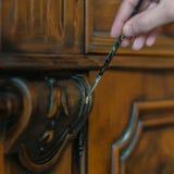 Restauration en bois antique de meubles Image libre de droits