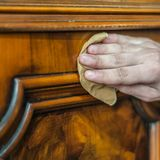 Restauration en bois antique de meubles Photographie stock