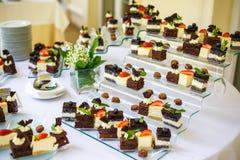restauration nourriture de -site Secouez la table avec de divers canapes de chocolat sucré, sandwichs et casse-croûte avec le lai photographie stock libre de droits