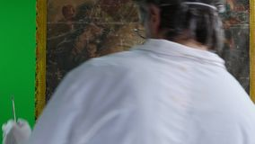 Restauratore con il materiale illustrativo della pittura archivi video
