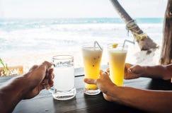 Restaure las bebidas tropicales: cóctel de la piña y limonada del jengibre foto de archivo