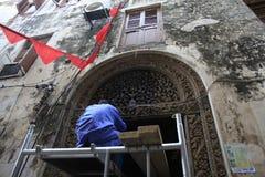 restauring老传统门,桑给巴尔石头城,桑给巴尔市,坦桑尼亚的Craftmen 库存图片