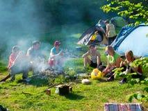 Reste de randonneurs dans un camp de tente Photo stock