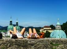 Reste de touristes, deux filles s'étendant sur le soleil Images stock