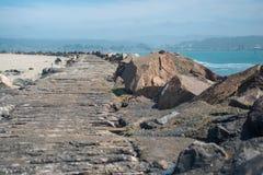 Reste der alten Küstenstraße stockbild