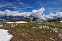 Reste der Militärkasernen im Berg über dem Col. du Mont Ceni Lizenzfreie Stockfotografie