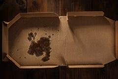 Reste der Pizza im Lieferungskasten mit Pizzazeit simsen stockfotos