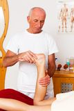Reste et relaxation par le massage image stock