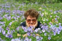 Reste parmi des fleurs. Images stock