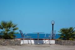 Reste sur la côte. Tableau et présidences sur la plage photographie stock