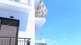 Reste sur la mer Les hôtels sont situés juste sur la côte banque de vidéos