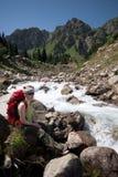 Reste sur le fleuve de montagne Image libre de droits