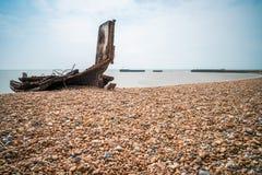 Reste un vieux bateau de pêche en bois sur la plage pierreuse dans Hastings, E Photographie stock