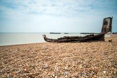 Reste un vieux bateau de pêche en bois sur la plage pierreuse dans Hastings, E Photos stock