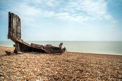 Reste un vieux bateau de pêche en bois sur la plage pierreuse dans Hastings, E Photo libre de droits