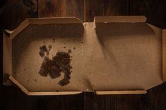 Resten van pizza in leveringsvakje met de tekst van de pizzatijd Stock Foto's