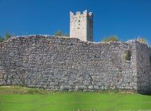 Resten van stadsmuur en toren Stock Foto's
