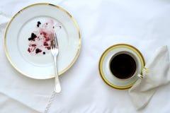 Restencake, en kop van zwarte koffie stock foto