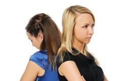 Rester attrayant de deux jeune femmes Images stock