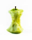 Rester av en gul biten övre sikt för äppleslut på en vit bakgrund royaltyfri bild