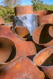Rester av rostiga rör för stor metall utomhus Royaltyfria Foton