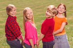 rester de sourire d'enfants ensemble Image libre de droits