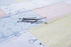 Rester för patchworktygbomull och metallben royaltyfri bild