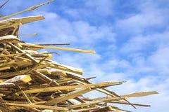 Rester i tillverkningen av trä mot himlen arkivfoto