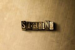 RESTER - le plan rapproché du vintage sale a composé le mot sur le contexte en métal illustration libre de droits