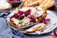 Rester smörgås för hemlagad kalkon med tranbärsås fotografering för bildbyråer